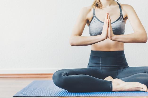 Giovane donna che fa allenamento yoga