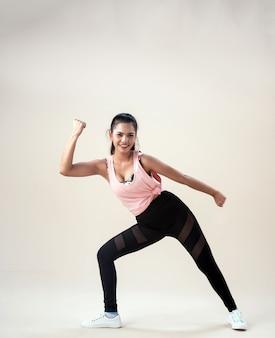 Giovane donna che fa esercizio con abiti sportivi