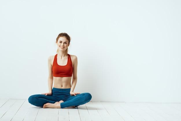 Giovane donna che fa fitness a casa, allenamento e yoga.