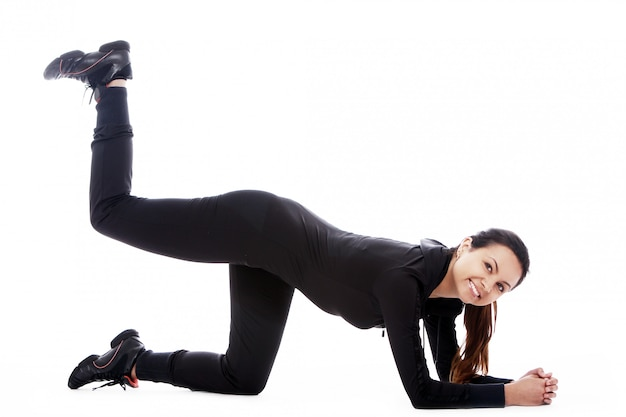 Giovane donna che fa le esercitazioni di forma fisica
