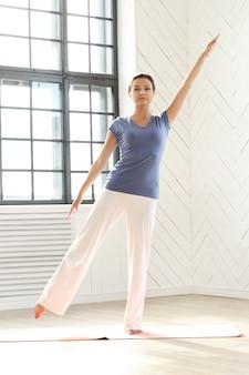 Giovane donna che fa le esercitazioni