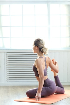 Giovane donna che fa pilates