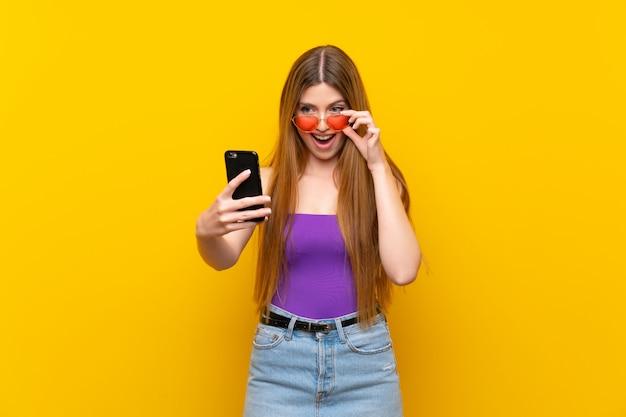 Giovane donna che fa un selfie