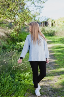 Giovane donna che fa una passeggiata