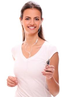 Giovane donna che funziona con le cuffie
