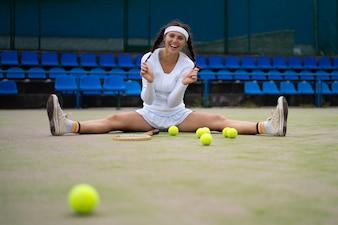 Giovane donna che gioca a tennis