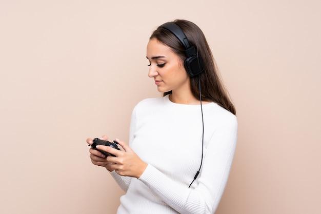 Giovane donna che gioca ai videogiochi