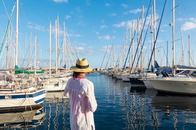 Giovane donna che gode al porto turistico