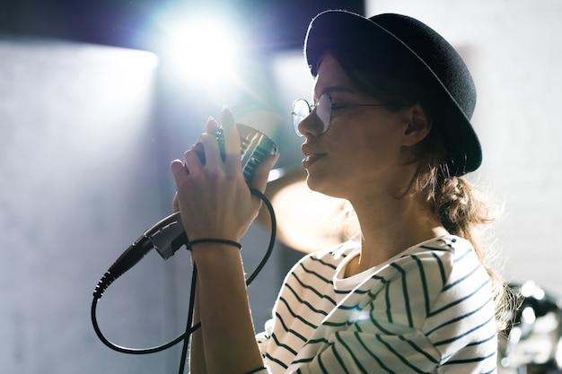 Giovane donna che gode cantando