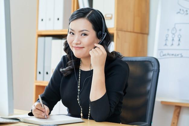 Giovane donna che gode del lavoro
