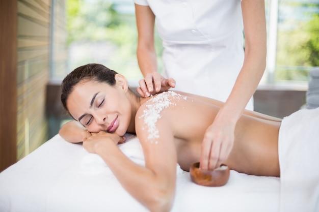 Giovane donna che gode del trattamento spa