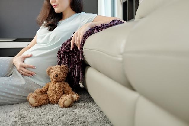 Giovane donna che gode della sua gravidanza