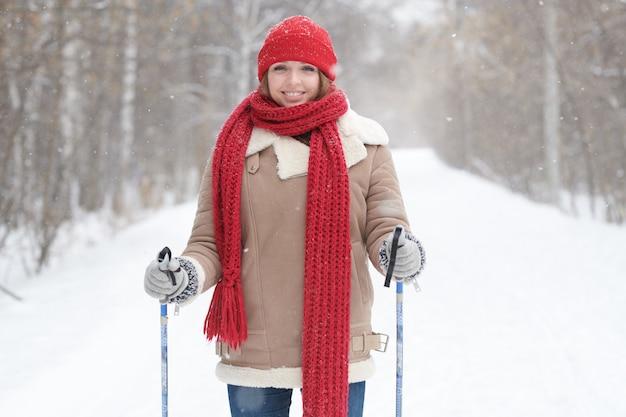 Giovane donna che gode di sciare