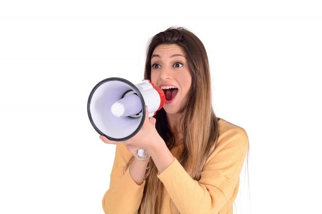 Giovane donna che grida su un megafono.