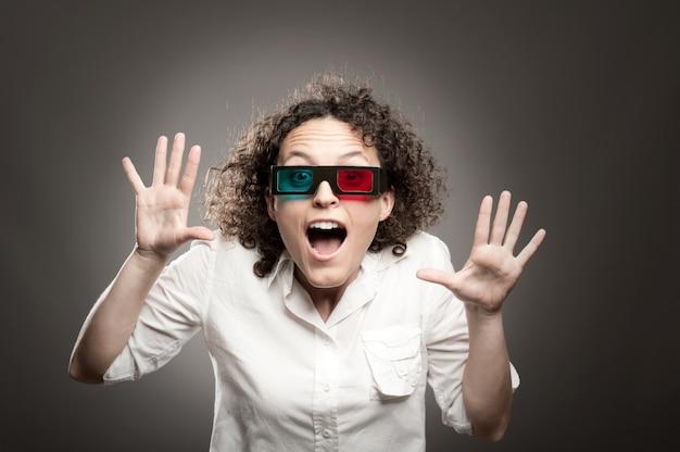 Giovane donna che guarda un film con gli occhiali 3d
