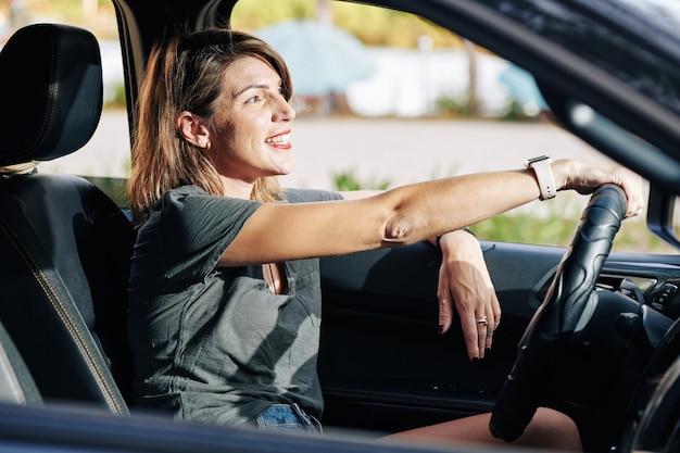 Giovane donna che guida il camion