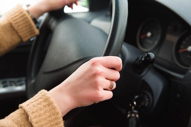 Giovane donna che guida la sua auto, signora guidare la macchina casualmente.