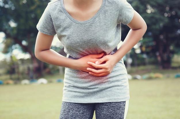 Giovane donna che ha mal di stomaco