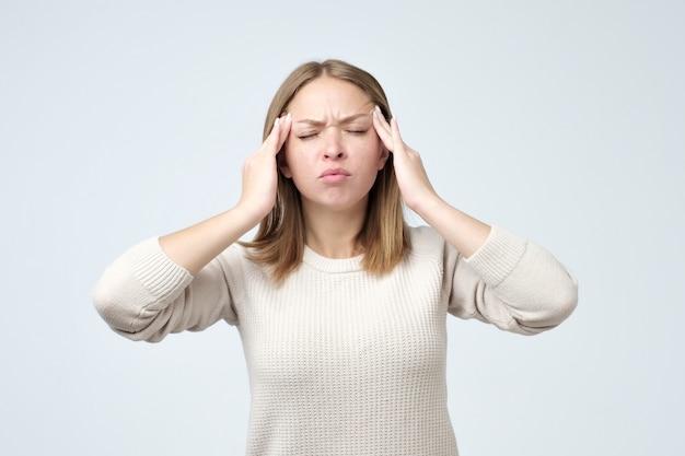 Giovane donna che ha un mal di testa