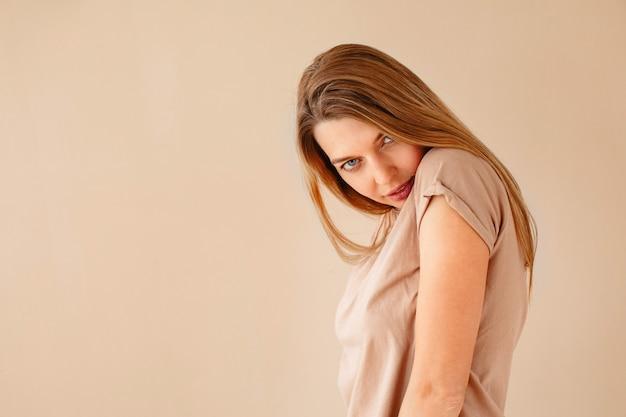 Giovane donna che inclina la testa