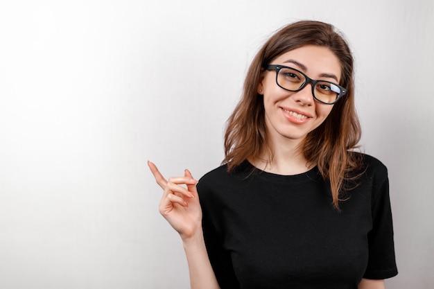 Giovane donna che la sfrega occhi isolati su bianco
