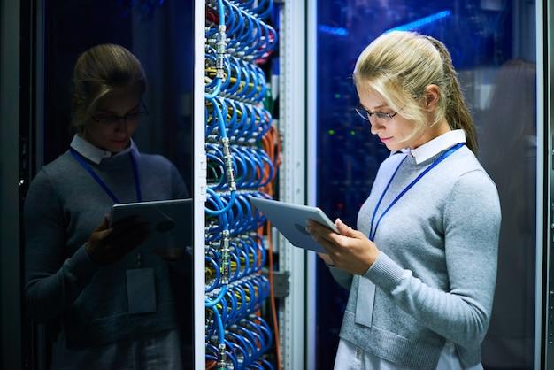 Giovane donna che lavora con il supercomputer