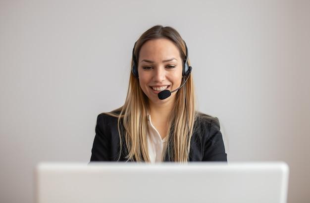Giovane donna che lavora in call center