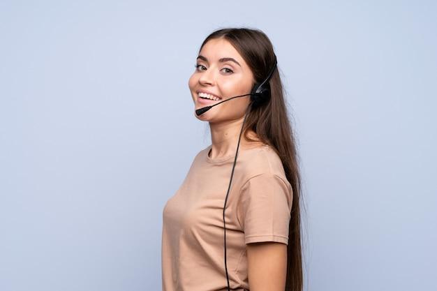 Giovane donna che lavora isolato con l'auricolare