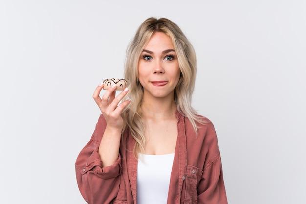 Giovane donna che mangia ciambelle