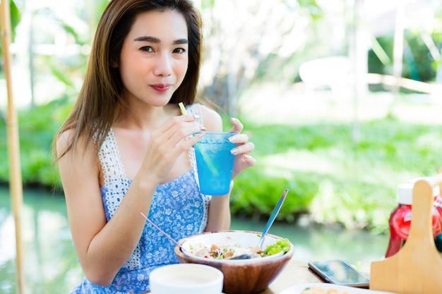 Giovane donna che mangia cibo sano