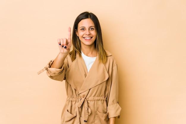 Giovane donna che mostra il numero uno con il dito.