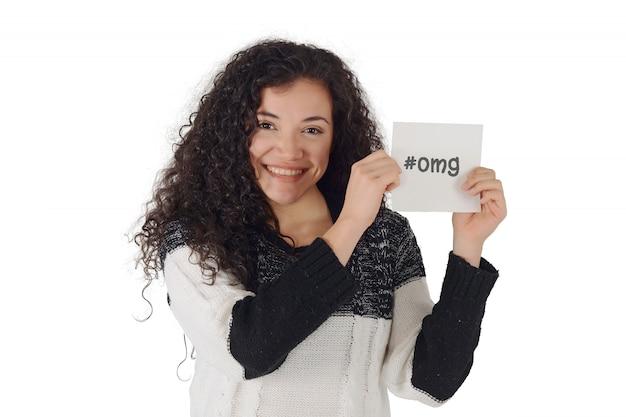 Giovane donna che mostra lo spazio della copia.