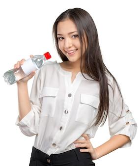 Giovane donna che mostra una bottiglia di acqua