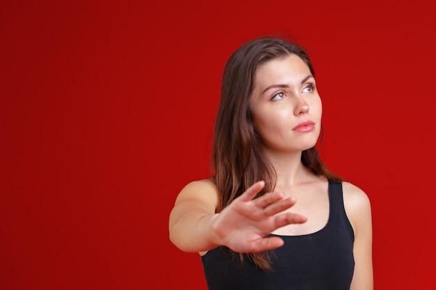 Giovane donna che mostra una fermata del gesto