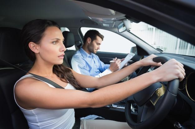 Giovane donna che ottiene una lezione di guida