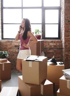 Giovane donna che passa il suo nuovo appartamento