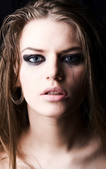 Giovane donna che piange sul buio