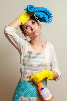 Giovane donna che prepara a pulire la casa