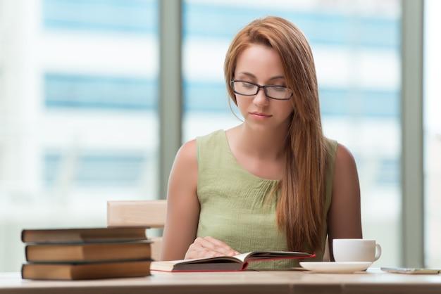 Giovane donna che prepara per gli esami di scuola