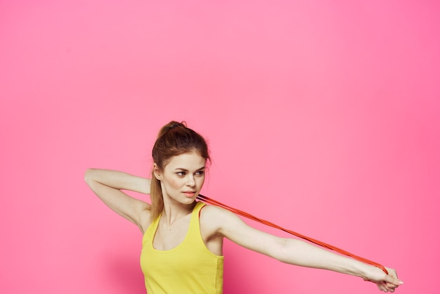 Giovane donna che prepara per il fitness a casa con la corda di salto isolata