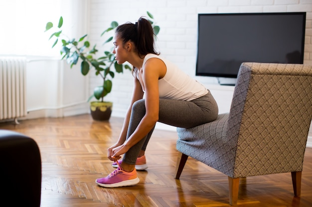 Giovane donna che prepara per l'esercizio a casa