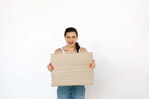 Giovane donna che protesta con il bordo in bianco