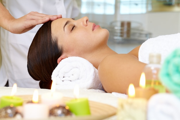 Giovane donna che riceve il massaggio del viso