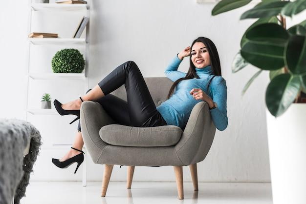 Giovane donna che riposa in poltrona
