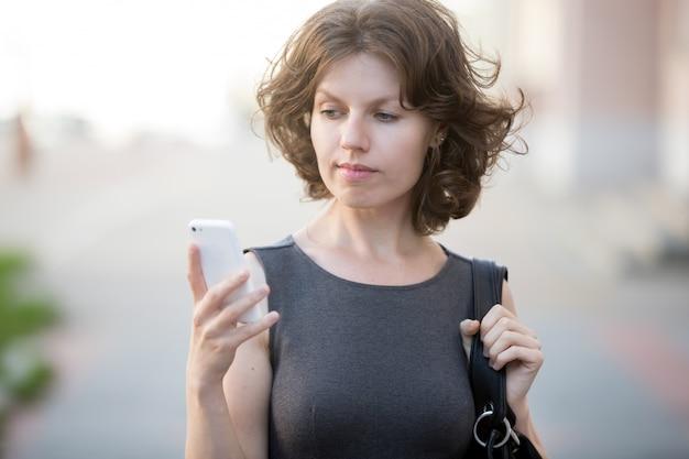 Giovane donna che risponde alla telefonata