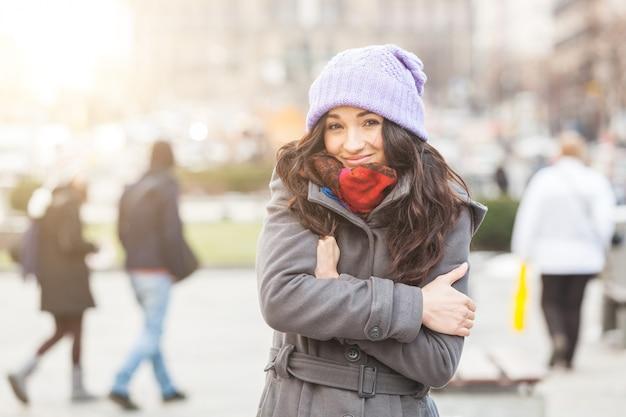 Giovane donna che si congela a praga