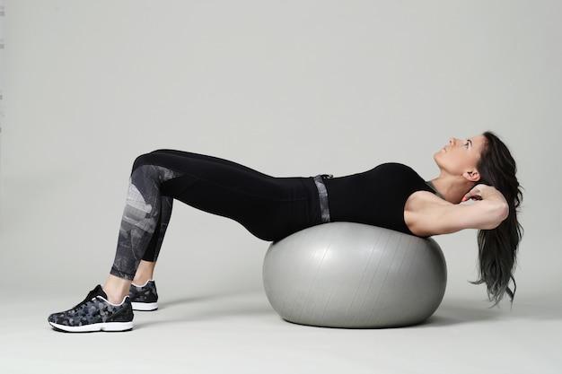 Giovane donna che si esercita, forma fisica