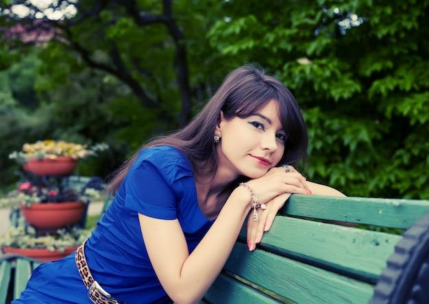 Giovane donna che si rilassa al parco