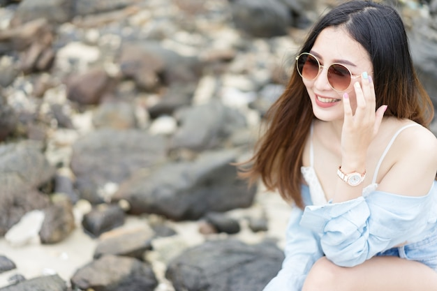 Giovane donna che si rilassa e gode dell'aria fresca, sentendosi vivo, respirando