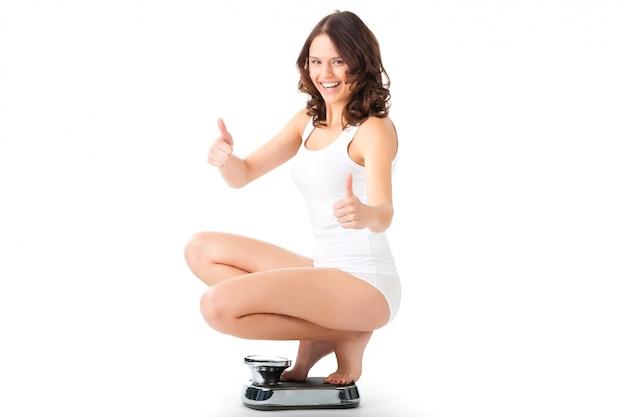 Giovane donna che si siede sulle sue anche su una scala